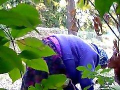 Бабушка умывается пизду старая в лесах близ дороги