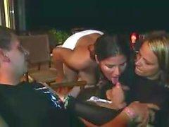 Deux filles excitées soufflant un homme chanceux