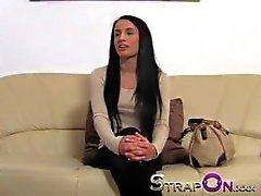 Strapon Uzun Siyah saç bebeđim Strapon Horoz ile dolu düzüşüyor