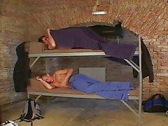 Hahn fährt Errichtung beim Schlafen