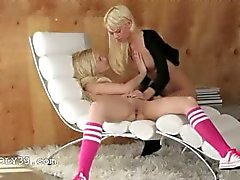 Unieke blondie lezzies in daddys office