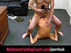 Blonde en casting couch se desnuda y come y se folla gallo