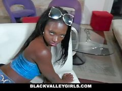 BlackValleyGirls - Noemi Bilas recebe seu bichano punido