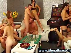 Naughty biseksuele party chicks en dudes in MMF orgie