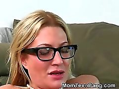 Blondin MILF And Teen turas Doggystyle Med TRE