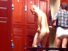 [Lockerroomshowers] Moustached Daddy's Schwanz und Bälle
