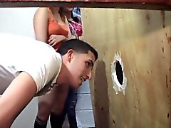 Amateur teens se folla través de un gloryhole