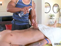 Twink is giving a oraljob for homo masseur