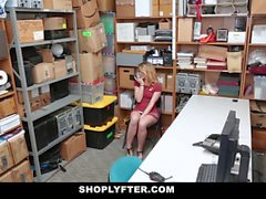 ShopLyfter Shoplifting rubio se ve atrapado